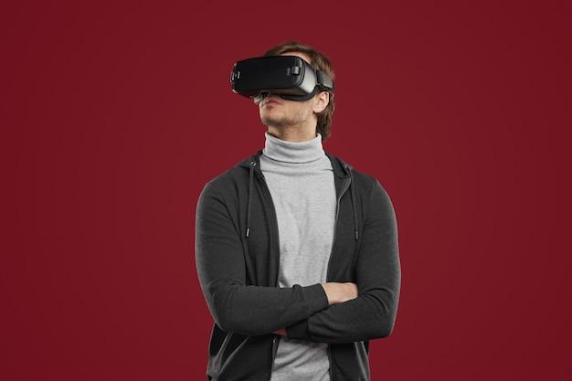 Человек в очках vr исследует виртуальный мир