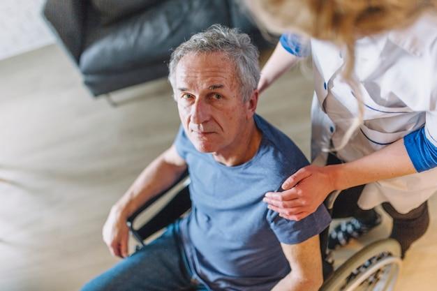 養護老人ホームの車椅子にいる男