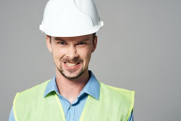 白いヘルメットのプロの仕事の孤立した背景の男