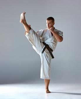 Человек в белом кимоно тренировки каратэ