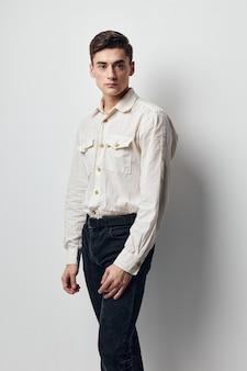 Человек в белой рубашке привлекательный взгляд мода уверенность образ жизни студия