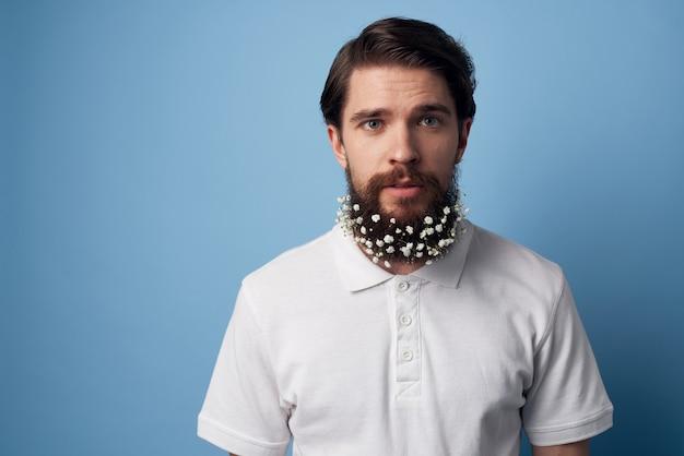 푸른 공간을 장식하는 꽃과 흰 셔츠 수염에 남자