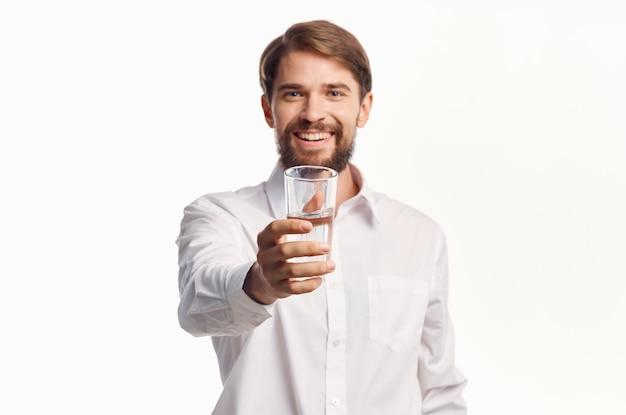 Человек в белой рубашке питьевой воды изолированный фон