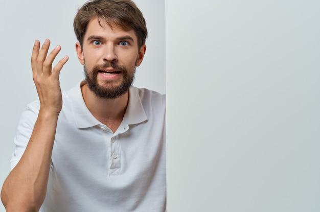白いシャツの感情の白いモックアッププレゼンテーション広告の男。