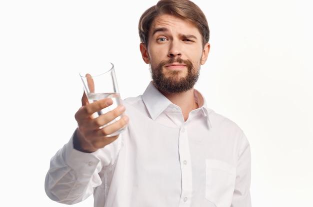 Человек в белой рубашке стакан воды изолированный фон
