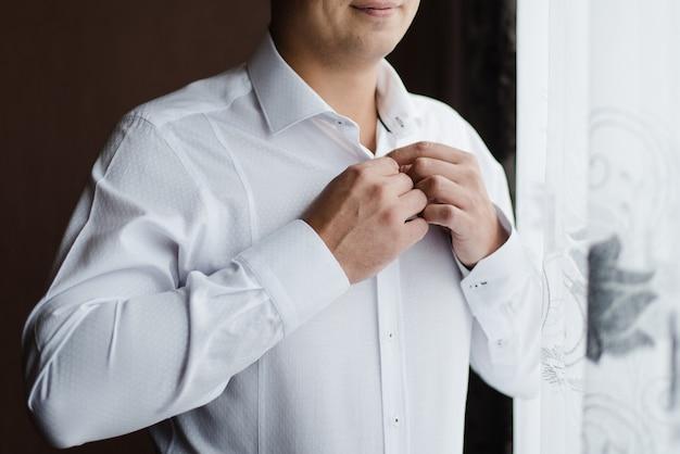 Мужчина в белой рубашке жених пуговицы его рубашка день свадьбы белая рубашка