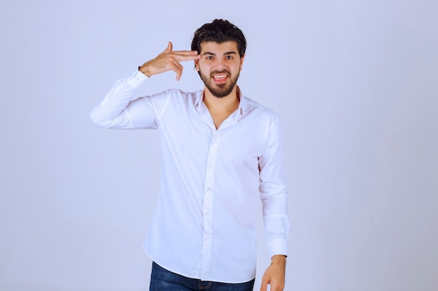 見て考えている白いシャツを着た男。
