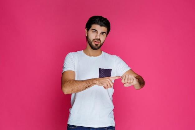 彼の拳と力を示す白いシャツを着た男。