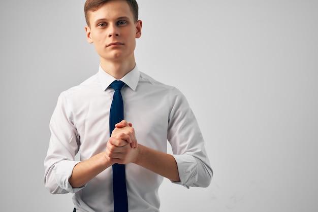 Человек в белой рубашке с галстуком, жестикулирующий руками, успех, эмоции, уверенность в себе