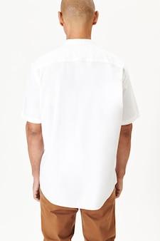 白いシャツを着た男