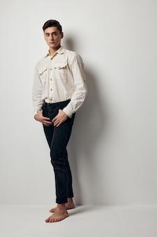 白いシャツの男黒のズボンライフスタイルファッショナブルな服魅力的な外観。高品質の写真