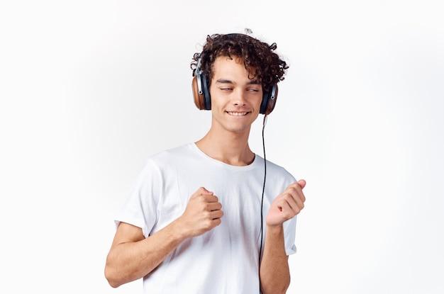 白いtシャツの男クロップドビューヘッドフォン音楽エンターテインメント