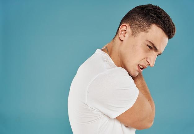 Человек в белой футболке эмоции сердитый взгляд обрезанный вид