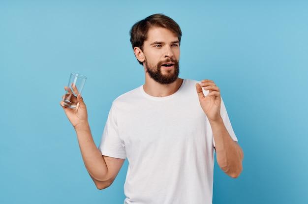 Человек в белой футболке стакан воды изолированный фон. фото высокого качества