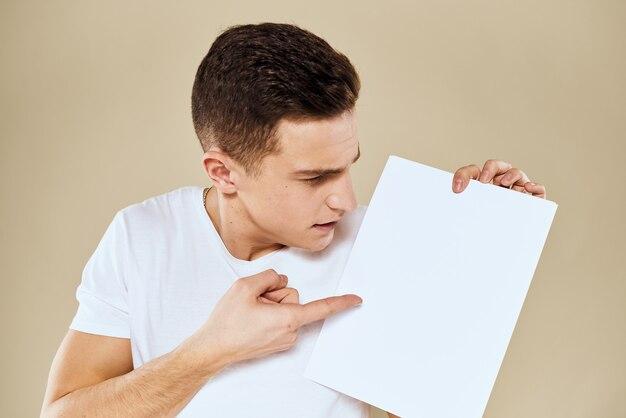 손 복사 공간에 종이의 흰색 t- 셔츠 시트에 남자 자른보기 베이지 색.