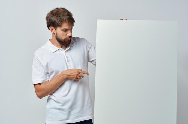 孤立した白いtシャツ白いバナー広告の男