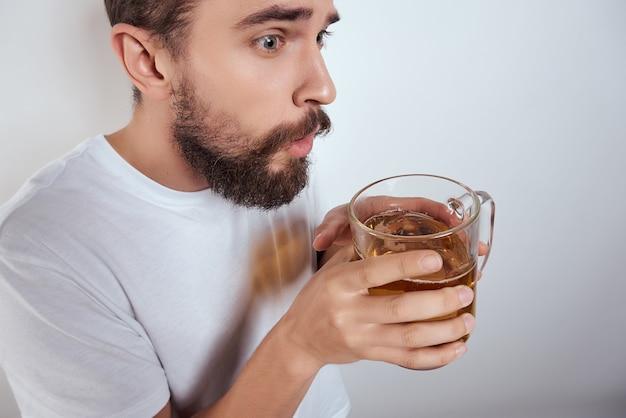 ビールファーストフードバーアルコール分離背景のマグカップと白いtシャツの男。高品質の写真