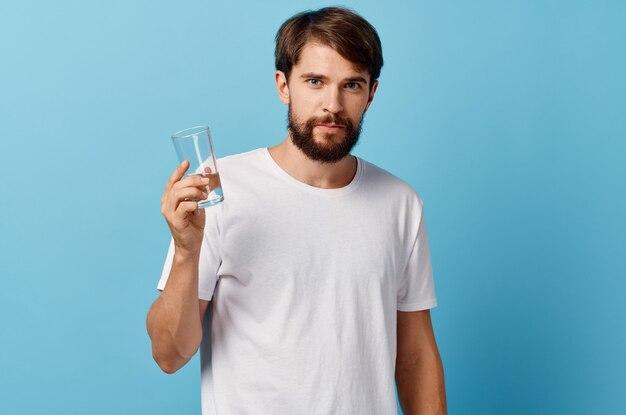 Человек в белой футболке питьевой воды изолированный фон