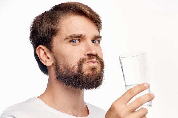 Человек в белой футболке питьевой воды светлом фоне