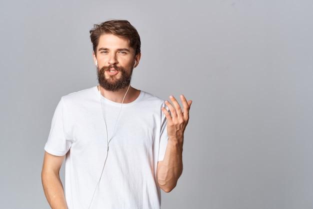 Человек в белой футболке с бородой образ жизни повседневная одежда студия светлом фоне
