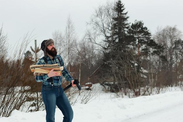 斧を持つ冬の男