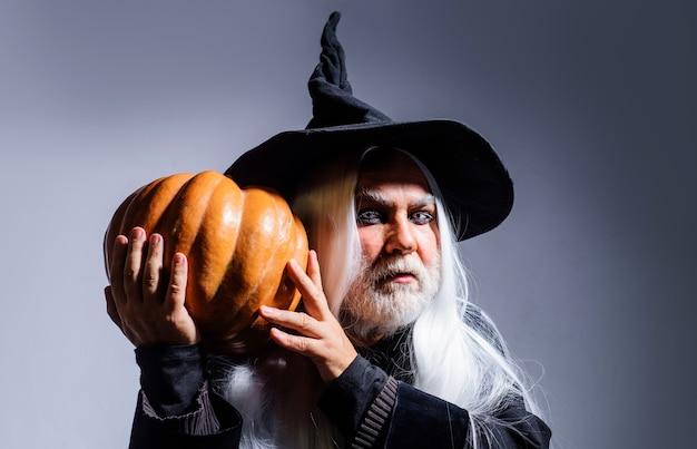 호박과 마녀 모자에 남자입니다. 무서운 할로윈. 잭 오 랜턴을 가진 악마. 사악한 마법사. 위쳐 노인.
