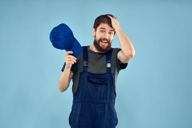 作業服の男プロ。配達サービスの青い背景。