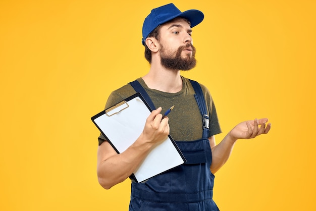 作業服の男ボックス配信サービス黄色の背景