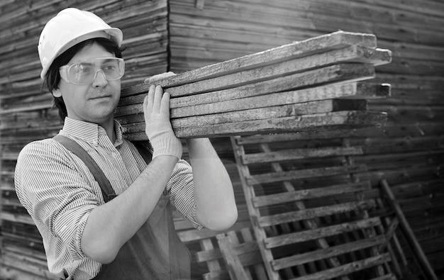 Человек в рабочей одежде на строительной площадке