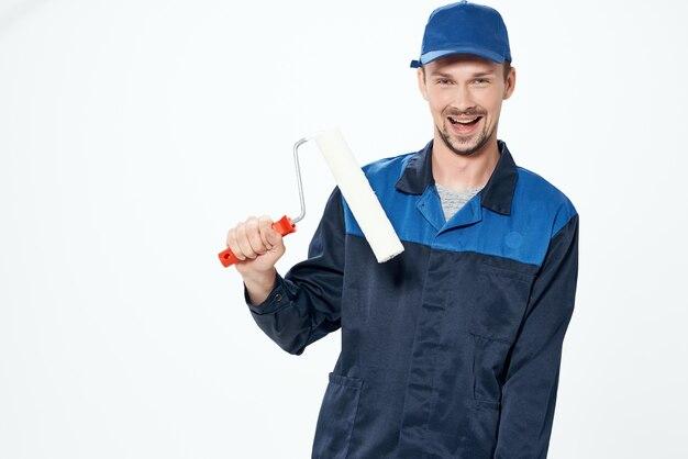 Человек в инструментах рабочей формы профессиональный светлый фон. фото высокого качества