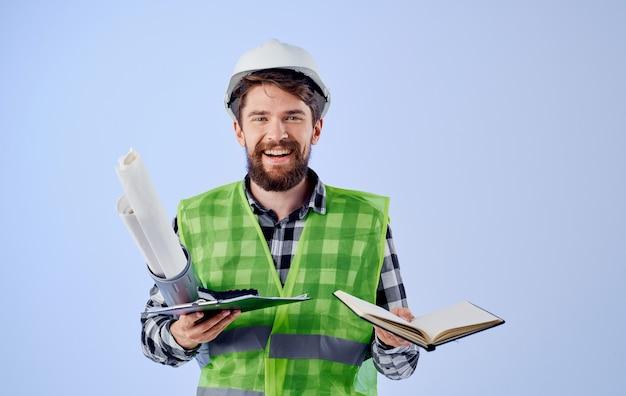 Человек в рабочей униформе строительных чертежей профессионально работает.