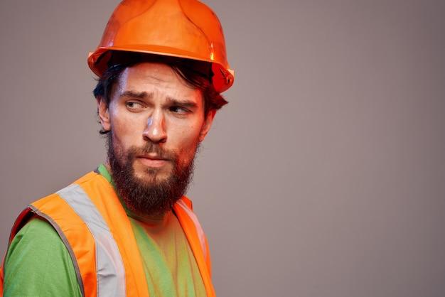 制服オレンジ色のペンキの安全作業をしている男