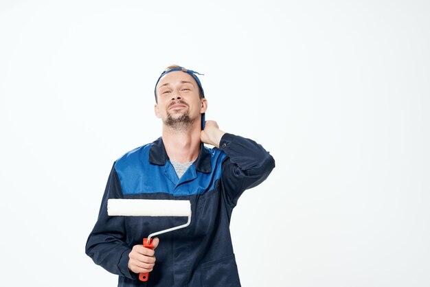 Человек в рабочей форме художник ремонт дома украшения