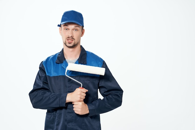 Человек в рабочей униформе ремонтных отделочных работ маляра. фото высокого качества