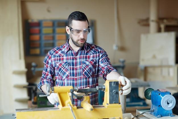 Человек в мастерской