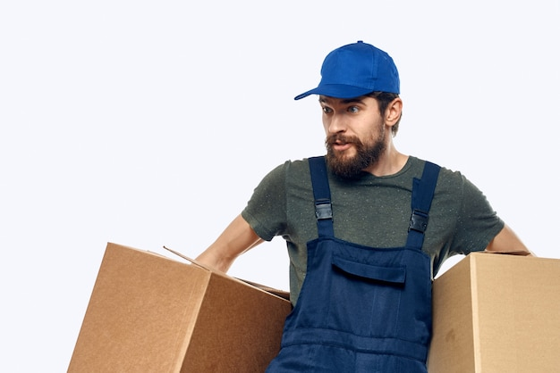 Человек в спецодежде, доставка посылок, вещей, продуктов Premium Фотографии