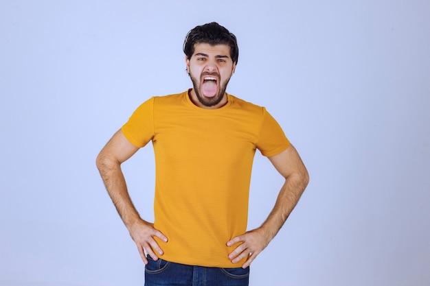 黄色いシャツを着た男は喉が痛い