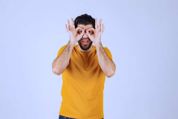 先を見据えた黄色いシャツの男