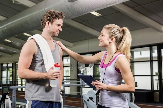Человек общается со своим тренером после тренировки