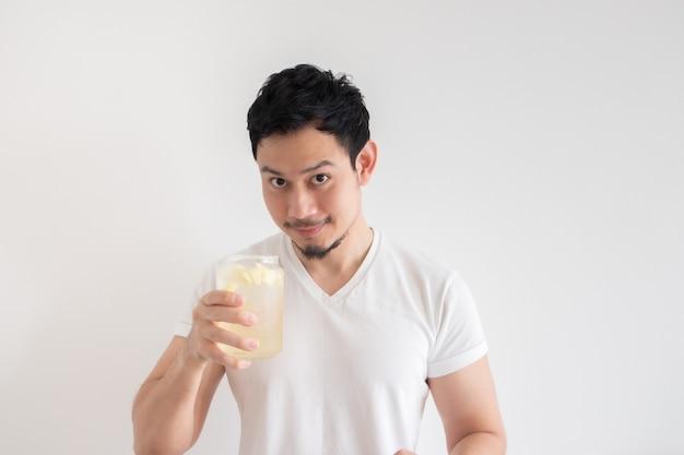 남자는 격리 흰 벽에 아이스 레몬 소다를 마시고있다