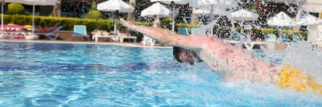 남자는 수영장에서 수영에 종사
