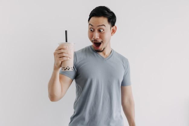 Мужчина чувствует себя счастливым с чаем боба, изолированным на белом фоне