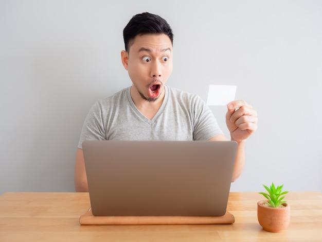 Человек счастлив с помощью кредитной карты для цифрового платежа