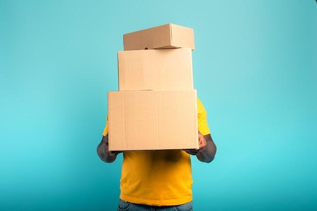 받은 패키지가 너무 많아 남자가 숨겨져 있습니다.