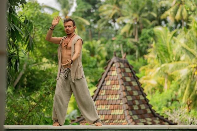 L'uomo sta praticando il qigong