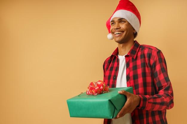 남자는 크리스마스 선물을 줄 준비가