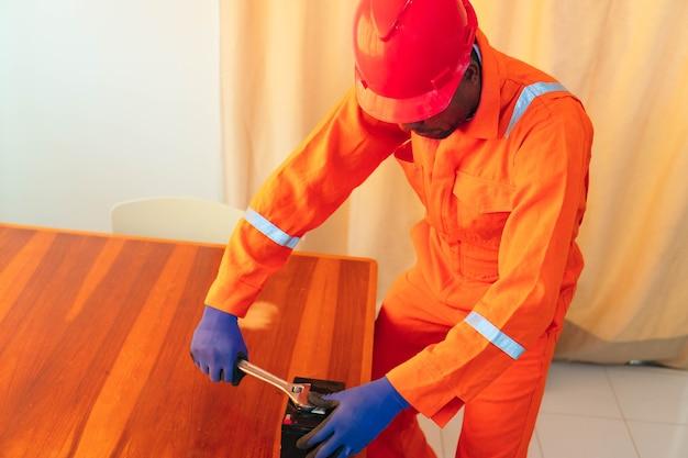 Человек ремонтирует аккумулятор дома