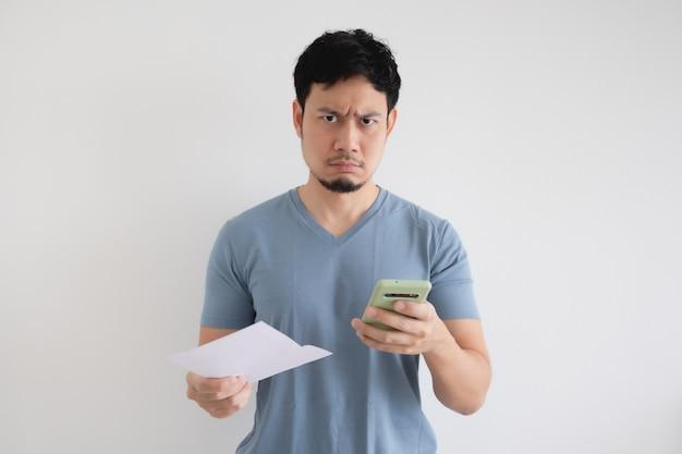 隔離された空間での法案とスマートフォンで男は真面目。