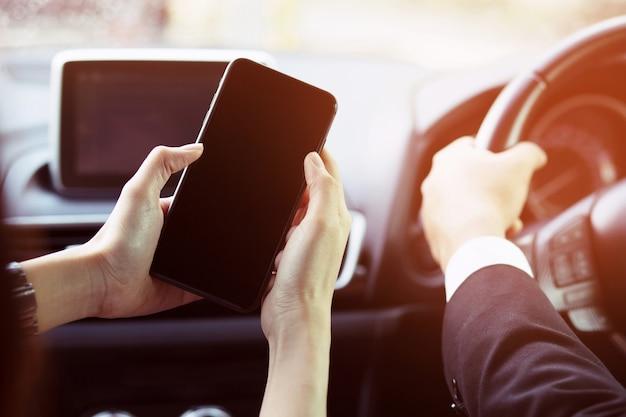 남자는 자동차에서 스마트 폰 휴대 전화를 사용