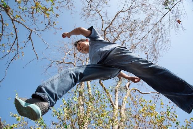 Человек прыгает в лесу